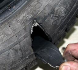 Что делать в случае прокола колеса в дороге.